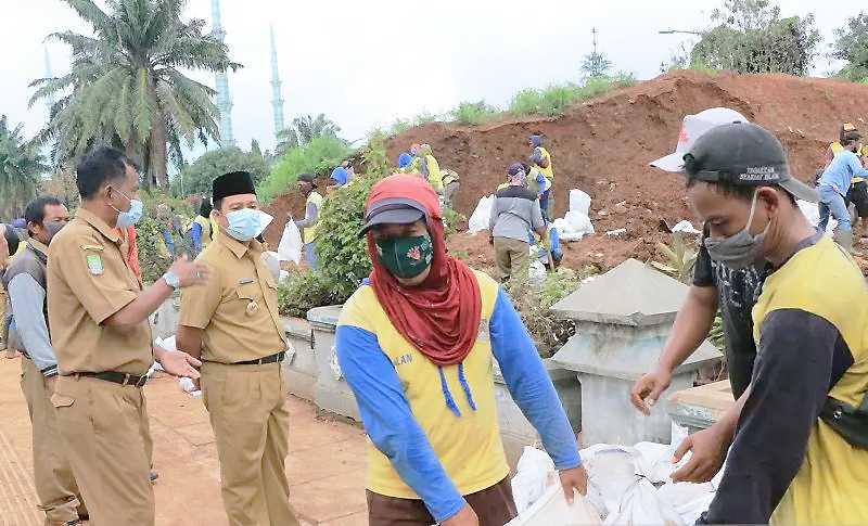 Antisipasi Cuaca Ekstrem, Pemkot Tangerang Tambal Tanggul Bocor