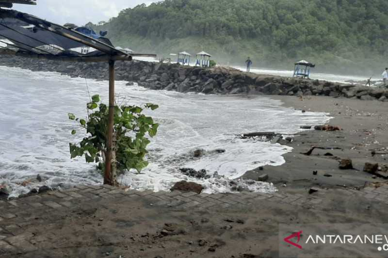 Awas Nelayan Jangan Melaut, Warga Kebumen Diminta Waspadai Gelombang Tinggi Pantai Sawuk