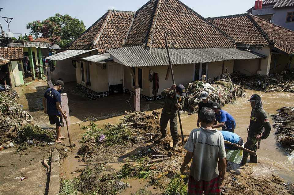 Bersihkan Dampak Banjir Bandang