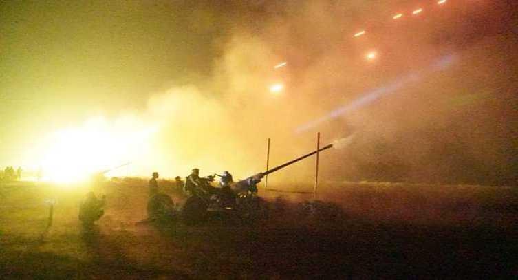 Dalam Gelap Malam, Rudal Rudal Arhanud TNI AD Tanpa Henti Membombardir Sasaran Musuh