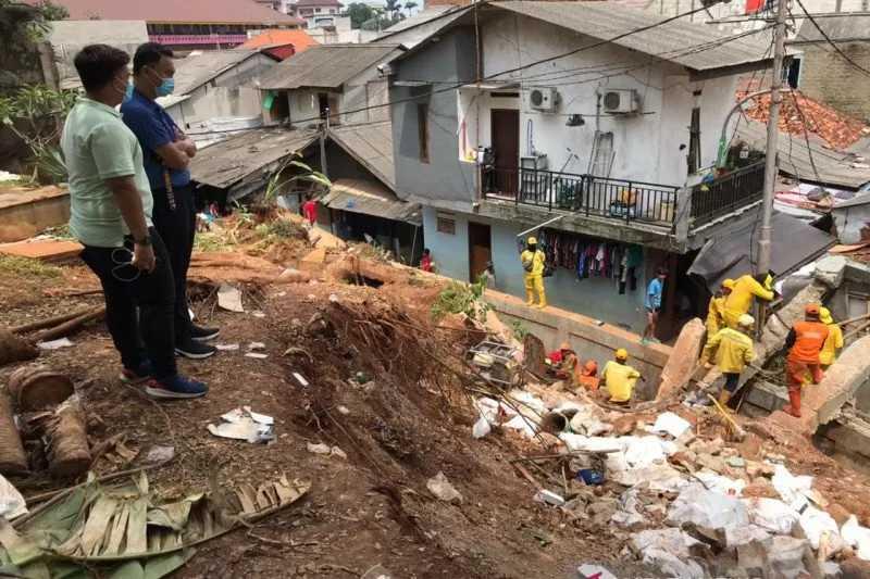 Dino Patti Akan Perbaiki Rumah Rusak Akibat Tertimpa Tembok