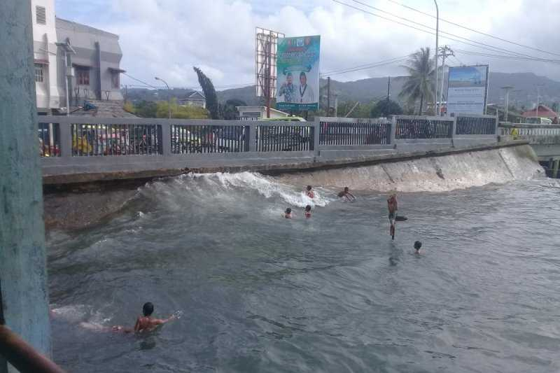 Hindari Bermain di Pantai dan Nelayan Jangan Melaut, BMKG: Waspadai Gelombang Tinggi Hingga 6 Meter