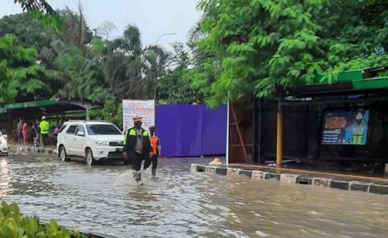 Jalan Letjen Suprapto, Cempaka Putih  Tergenang Air Setinggi 20 sentimeter