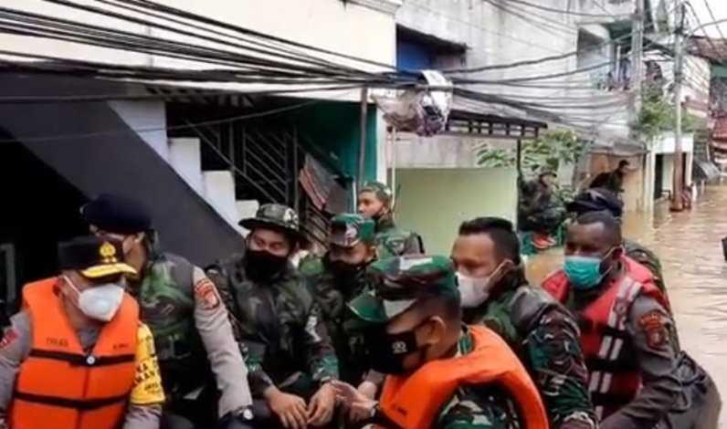 Jenderal Kopassus Terjun Pimpin Evakuasi Korban Banjir Jakarta