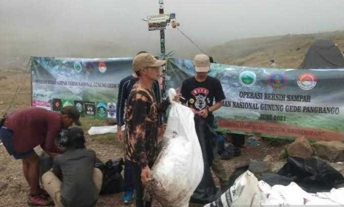 Katanya Pecinta Alam, Tapi Ninggalin Satu Ton Sampah di Gunung Gede-Pangrango