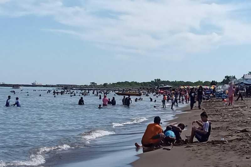 Pantai di Makassar Tetap Dipadati Pengunjung
