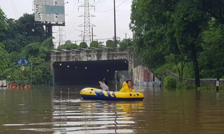 Petugas Alihkan Arus Kendaraan di Jalan DI Panjaitan Akibat Banjir
