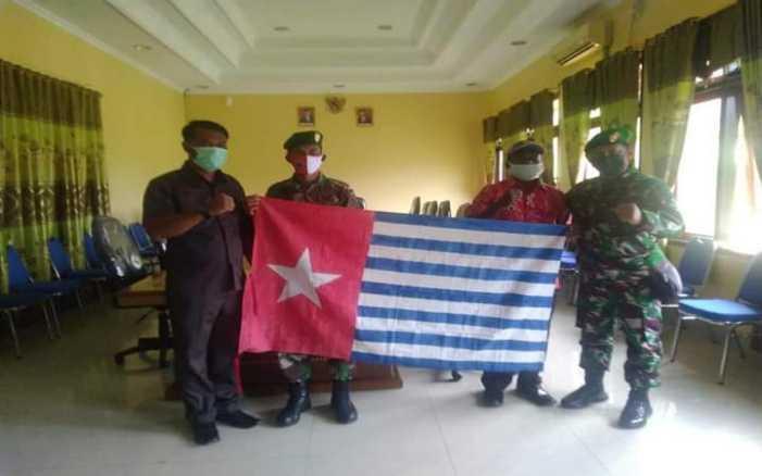 Pilih NKRI, Warga di Papua Serahkan Bendera Bintang Kejora Kepada Bupati Disaksikan Kolonel TNI