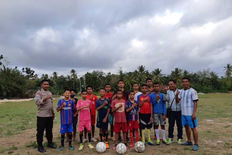 Sangat Menginspirasi, Kisah Bripka Ever Dirikan Sekolah Sepak Bola Gratis untuk Anak-anak Kampung