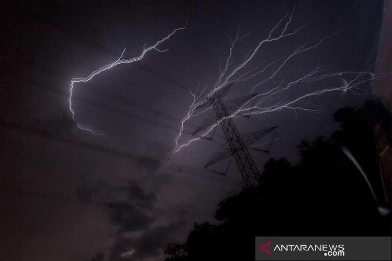 Sebaiknya di Rumah Saja, Prakiraan Cuaca Wilayah Jakarta Akan Hujan Jumat Siang Hingga Sore