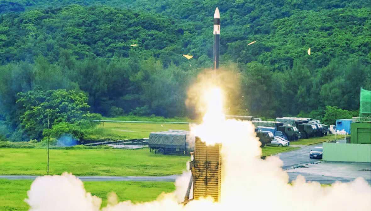 Taiwan Produksi Peluru Kendali Jarak Jauh untuk Melawan Tiongkok