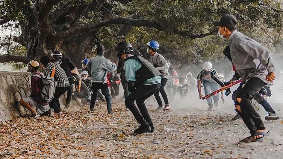 Tentara Kembali Tembaki Demonstran Antikudeta