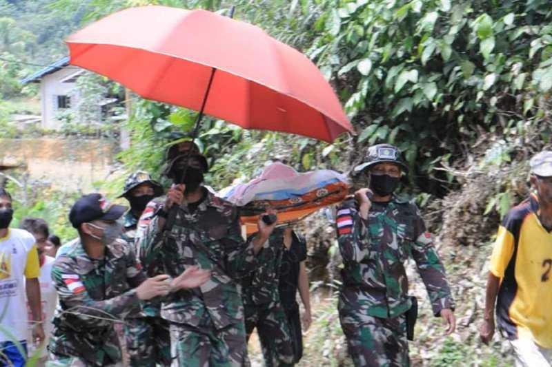 Tentara Tandu Warga Sakit