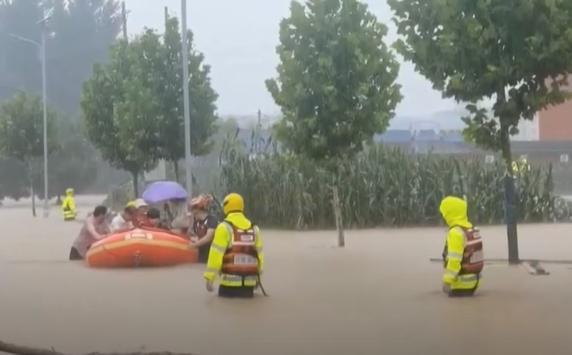 Terharu, Ratusan Orang Terselamatkan Dari Banjir Yang Melahap Kereta Bawah Tanah Di China